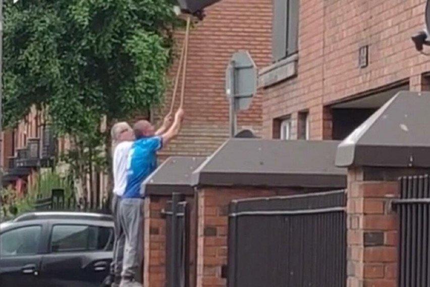 ОВА Е ГЕНИЈАЛНО: Нашле начин како да спуштат тросед низ прозорец, сите им аплаудираат на идејата (ВИДЕО)